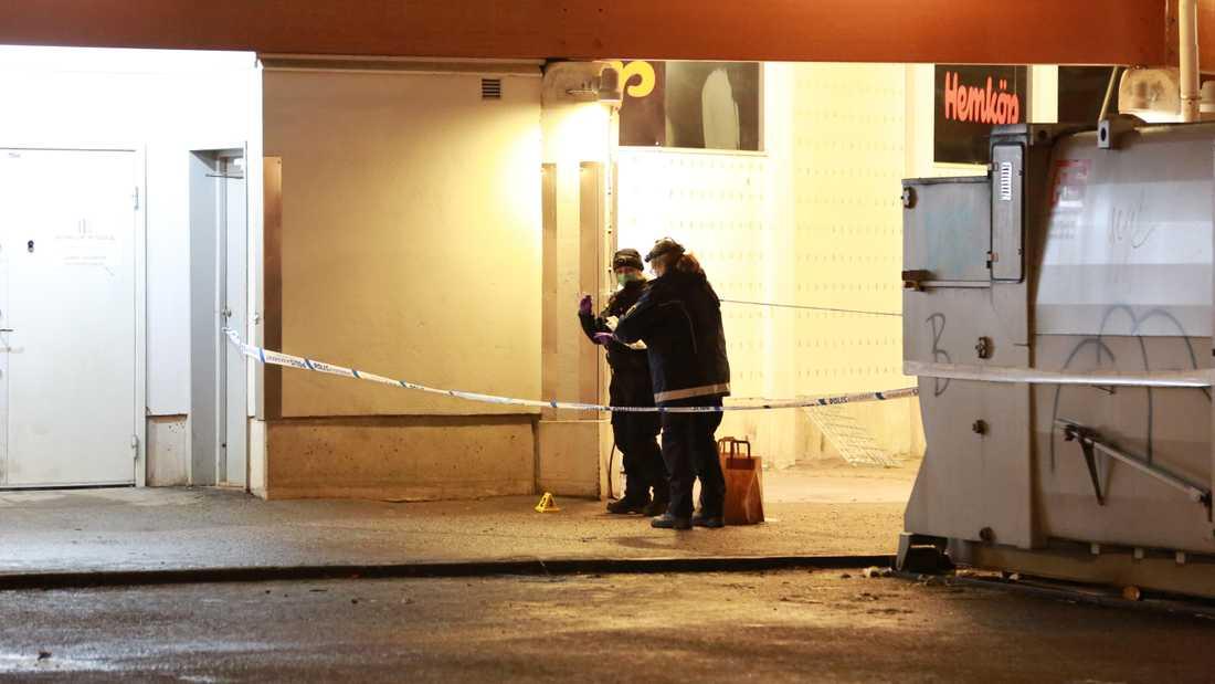Polisen spärrade av området under kvällen. Vid två i natt var den tekniska undersökningen klar.