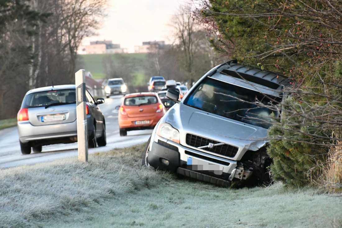 En person skadades allvarligt vid en kollision mellan två personbilar på Sandbyvägen utanför Lund.
