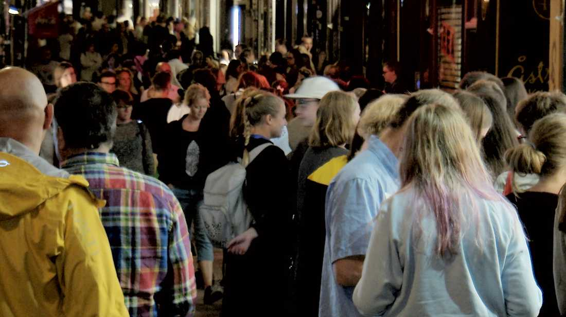 Utanför SF-bokhandeln trängdes hundratals otåliga fans under lördagsnatten.