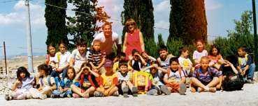 Mikael Wiking tillsammans med barnen han träffade när han var volontär åt Svenska kyrkan på Sicilien.