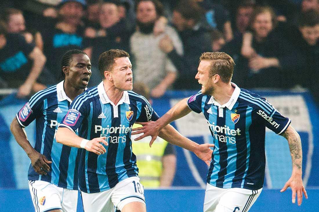 Kerim Mrabti (mitten) jublar över sitt 2–2 mot AIK.