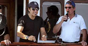 """- helan går... Bruce Springsteen börjar komma igång. Ännu ett snapsglas töms. Med efterföljande grimas. Stjärnan har avnjutit en klassisk midsommarmåltid bestående av sill, potatis, gräddfil och gräslök ombord på båten som färdades i Stockholms inre skärgård. Och hela sällskapet ombord stämde in i snapsvisan """"Helan går""""."""