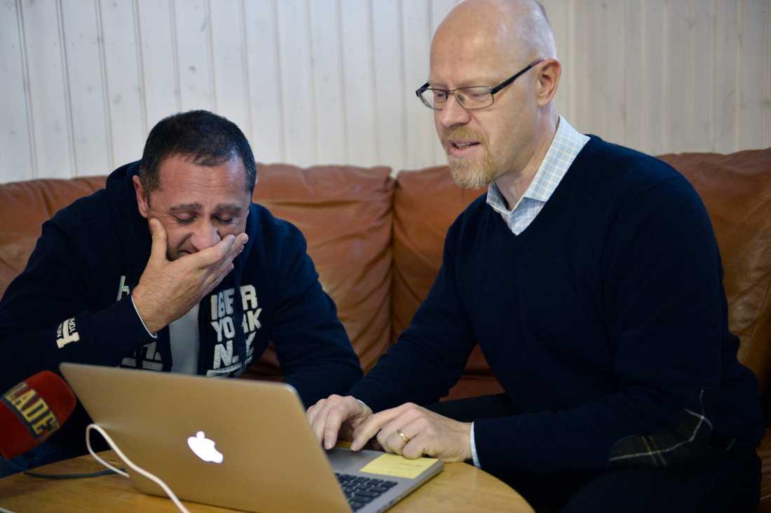 Samir och Aftonbladets reporter Anders Johansson när beskedet kommer om att åklagaren tillstyrker resning i det 29 år gamla mordfallet.
