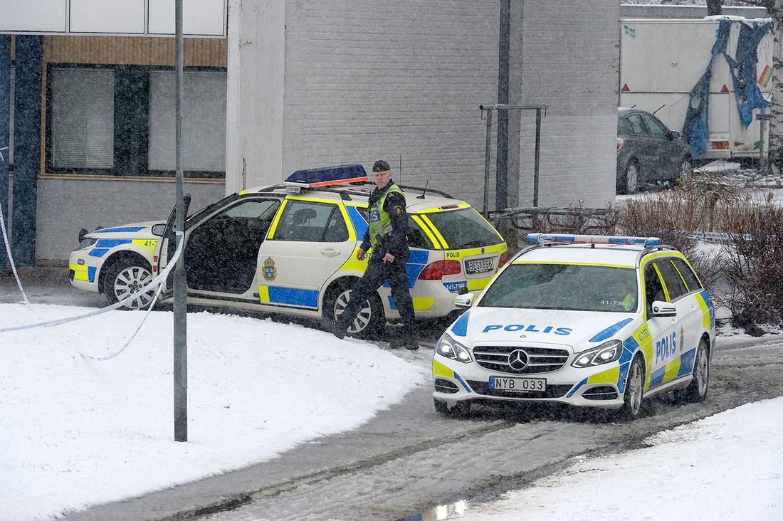 Polispådrag vid bostadsområdet i Nyköping dagen efter explosionen i lägenheten.