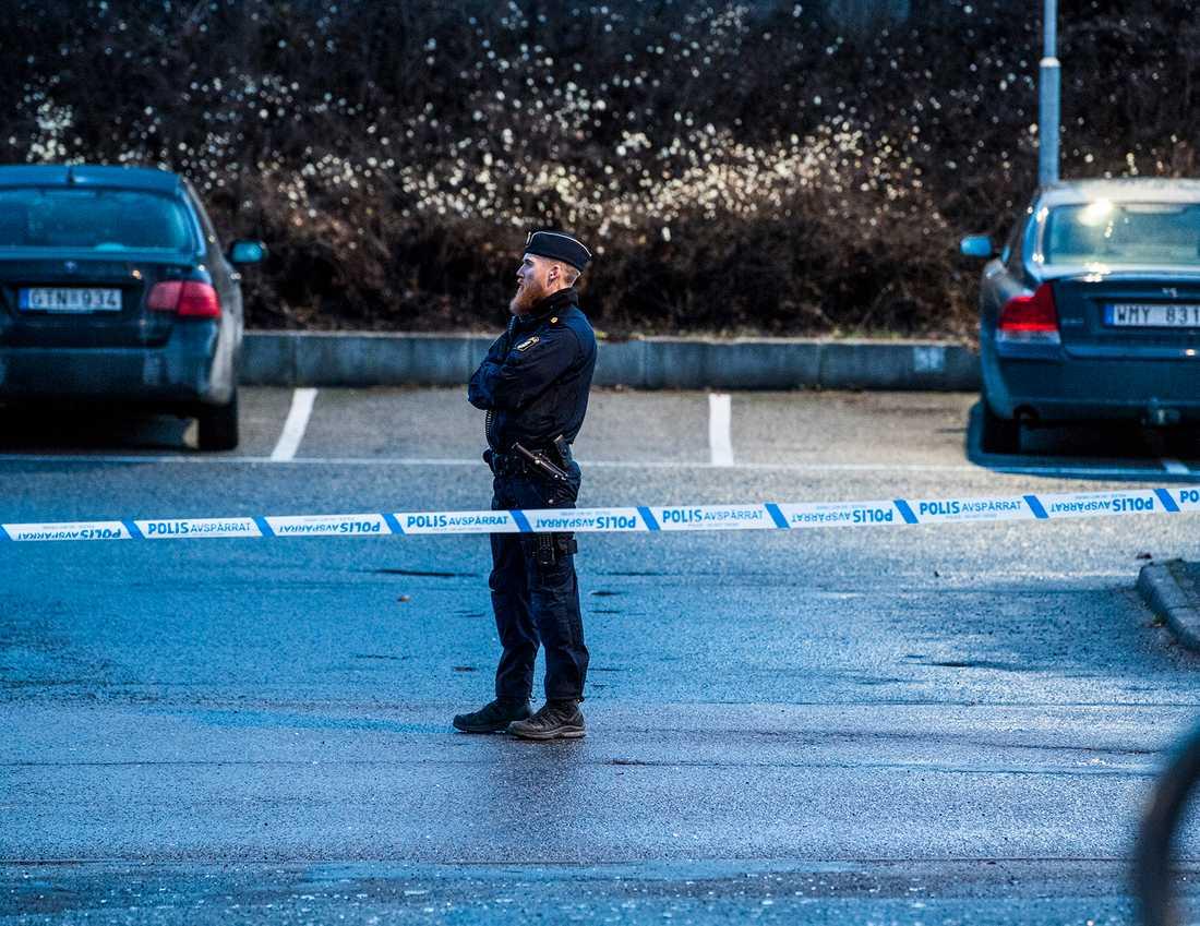 Polis bakom avspärrningarna efter nattens sprängningar i Kista, Stockholm.
