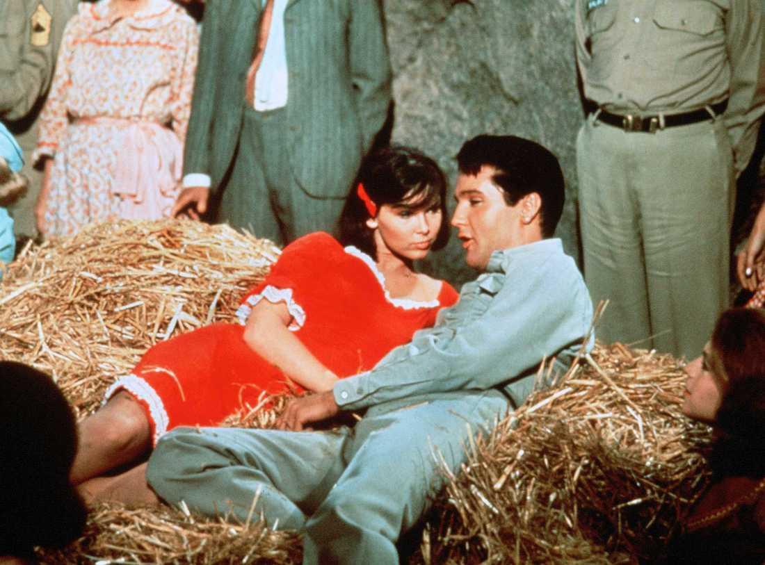 "Yvonne Craig och Elvis Presley i ""Kissin' cousins""."