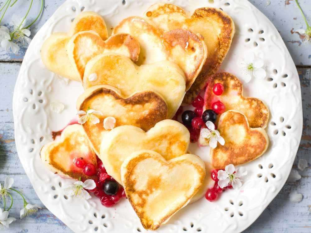 Hjärtformade pannkakor är enkelt att göra och riktigt romantiskt att servera till frukost.