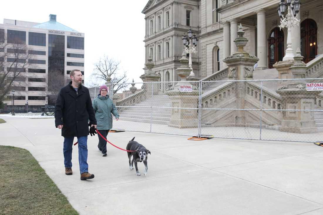 Joan Bolander och Matt Ferguson  rastar hunden Mimi.