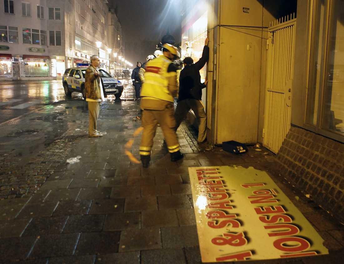Här säkrar räddningstjänsten skyltfönster i Malmö mot de hårda vindarna.