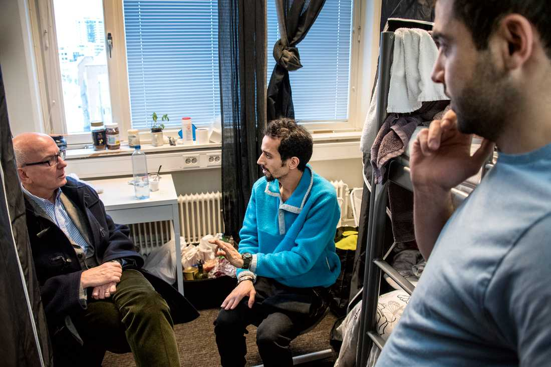 Aftonbladets Peter Kadhammar med flyktingarna.
