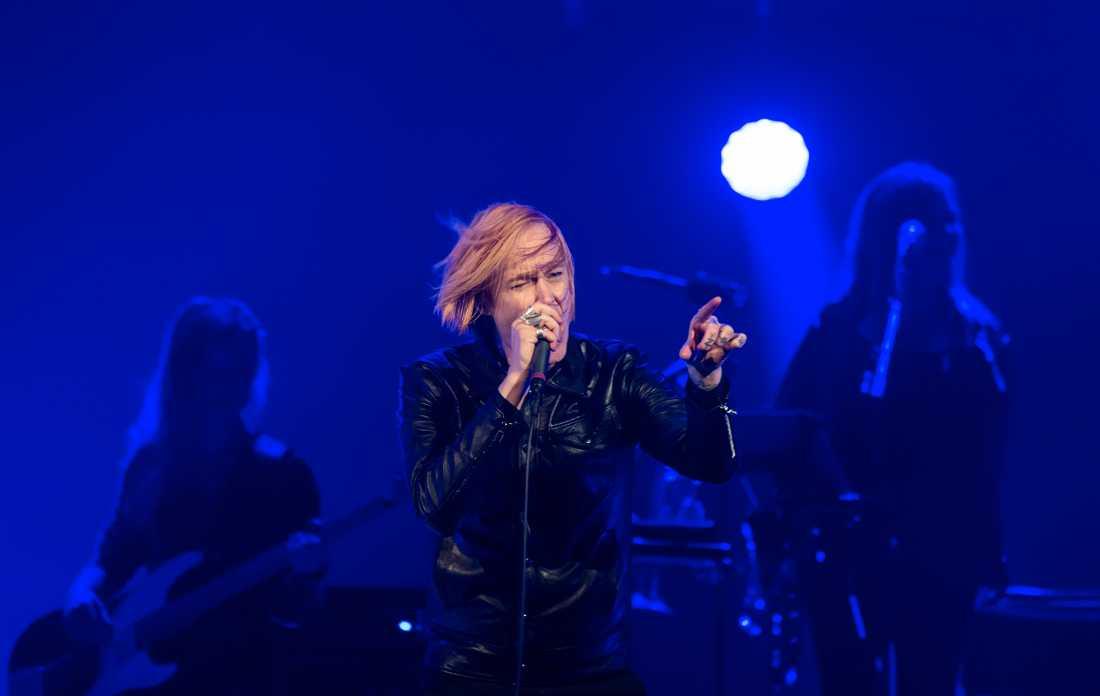 """Dennis Lyxzén öppnade hyllningskonserten till David Bowie med """"Rebel rebel""""."""