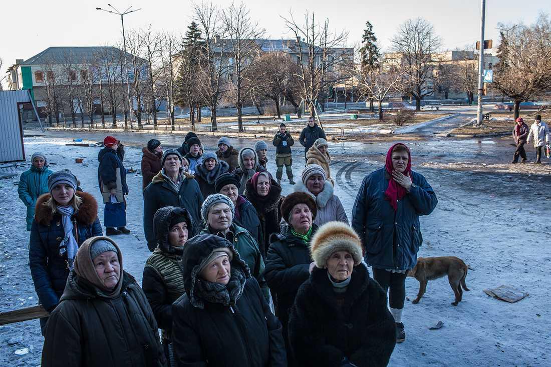 Civila i Debaltseve, en stad som drabbats hårt av striderna.