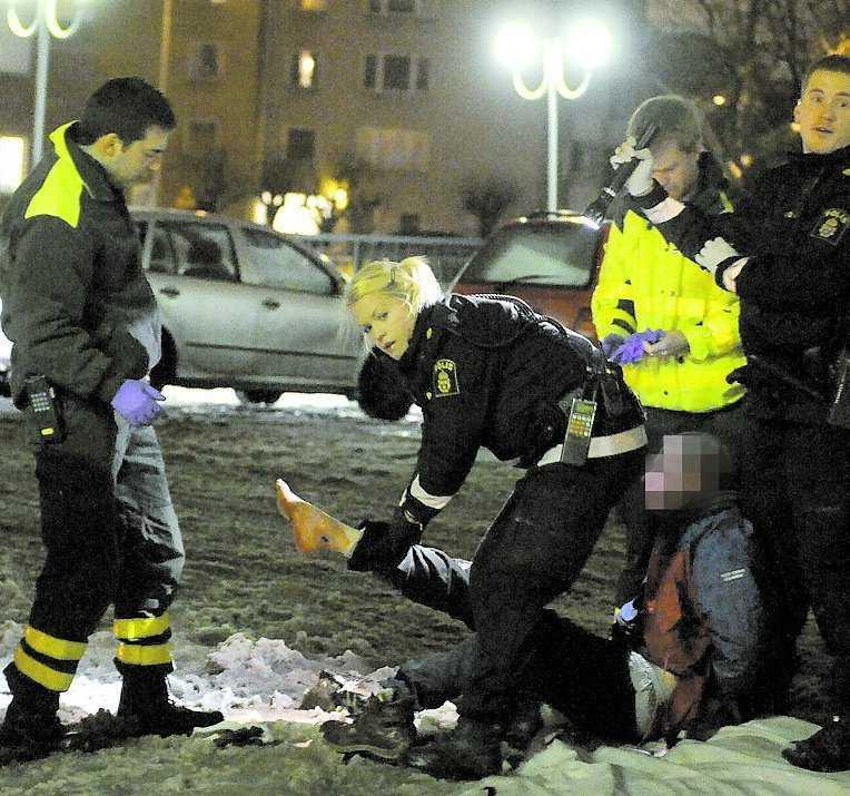 SKJUTEN Polisen griper mannen, som är i 40-årsåldern. Här visar han upp den skottskadade foten.