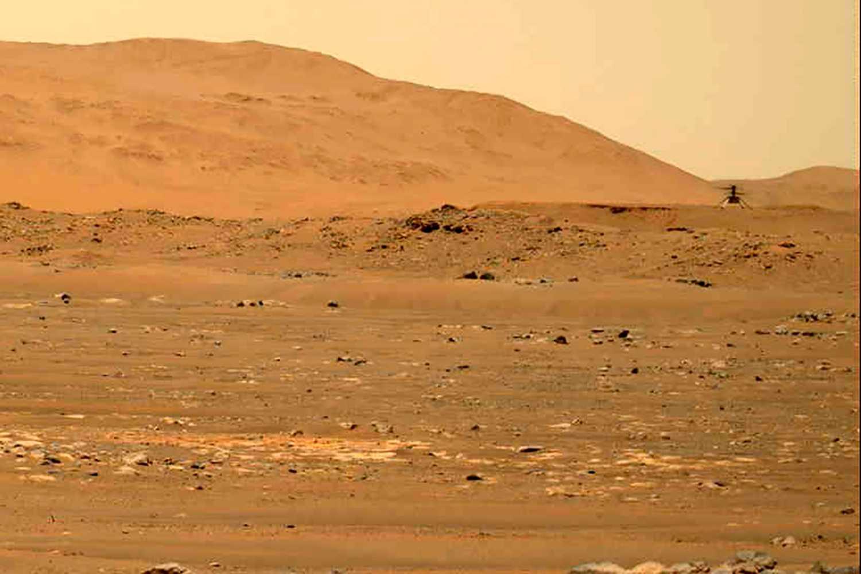 Nasas minihelikopter svävar över Marsytan under sin fjärde flygning, den 30 april.
