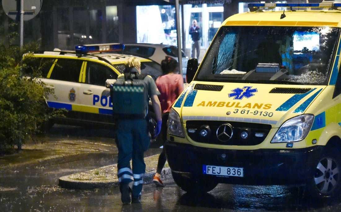 Två kvinnor rånades och misshandlades i sin lägenhet i Malmö.