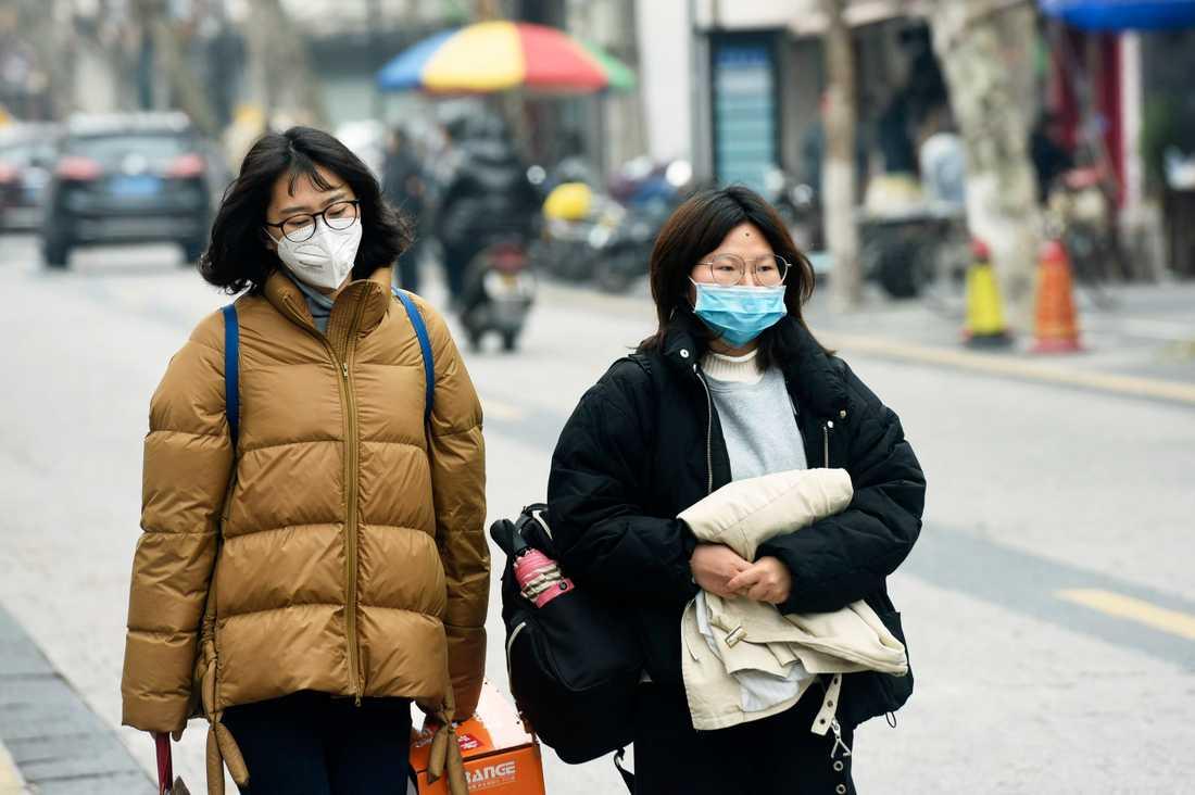 Många i Kina bär nu ansiktsmasker.