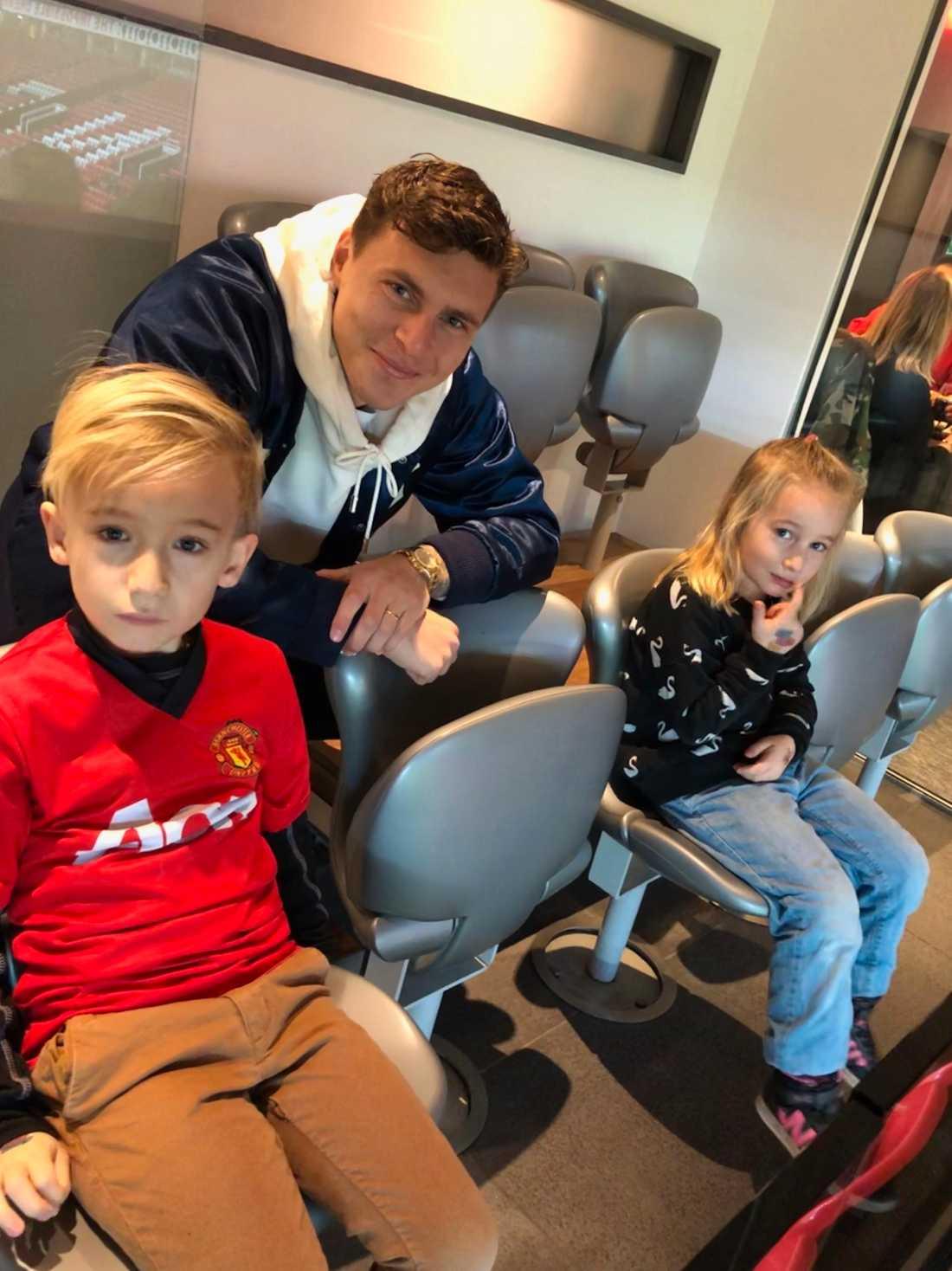 Noah och Lovis fick se matchen från Lindelöfs privata loge.