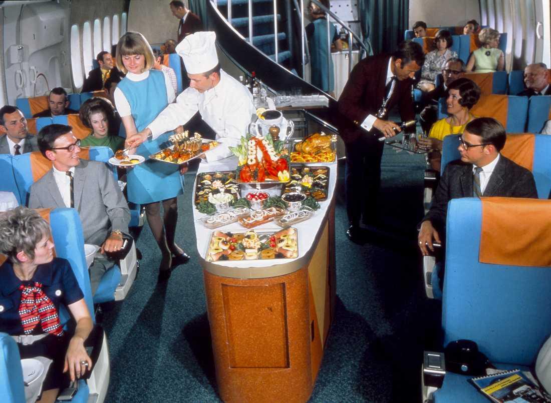 Mat serveras till förstaklass på 1970-talet.