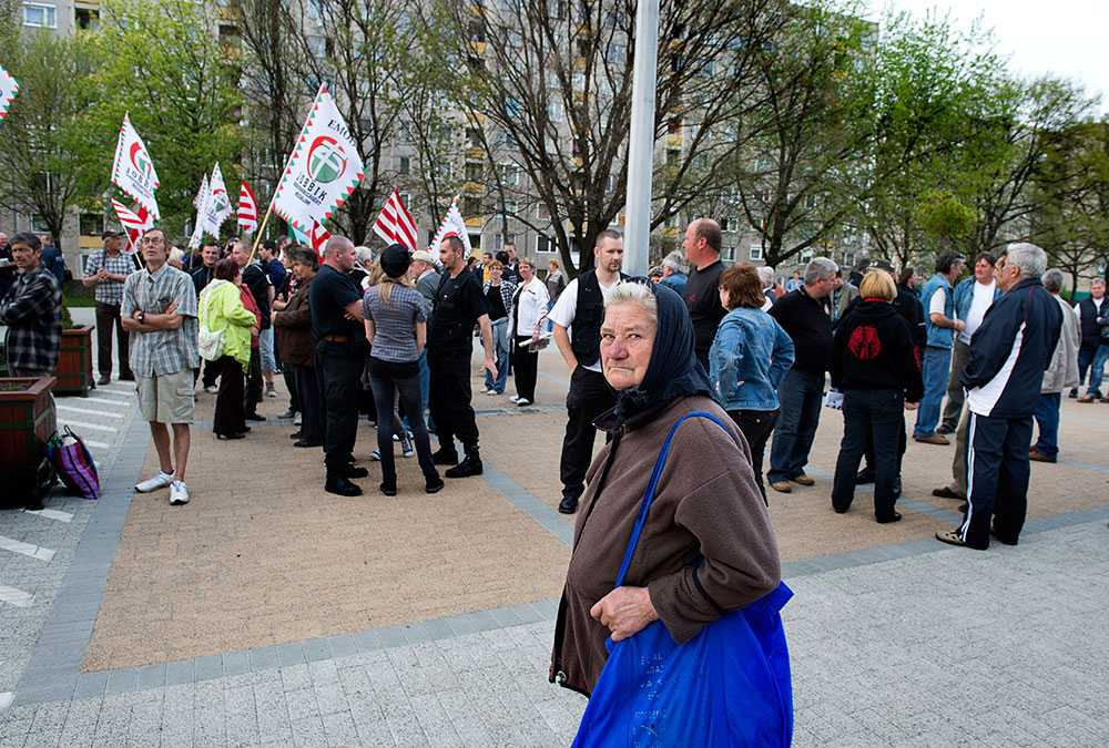 Ett tvärsnitt. Gamla kvinnor, unga, medelålders. Jobbiks demonstration är inte stor men den samlar ett tvärsnitt av stadens invånare. Men inga romer.