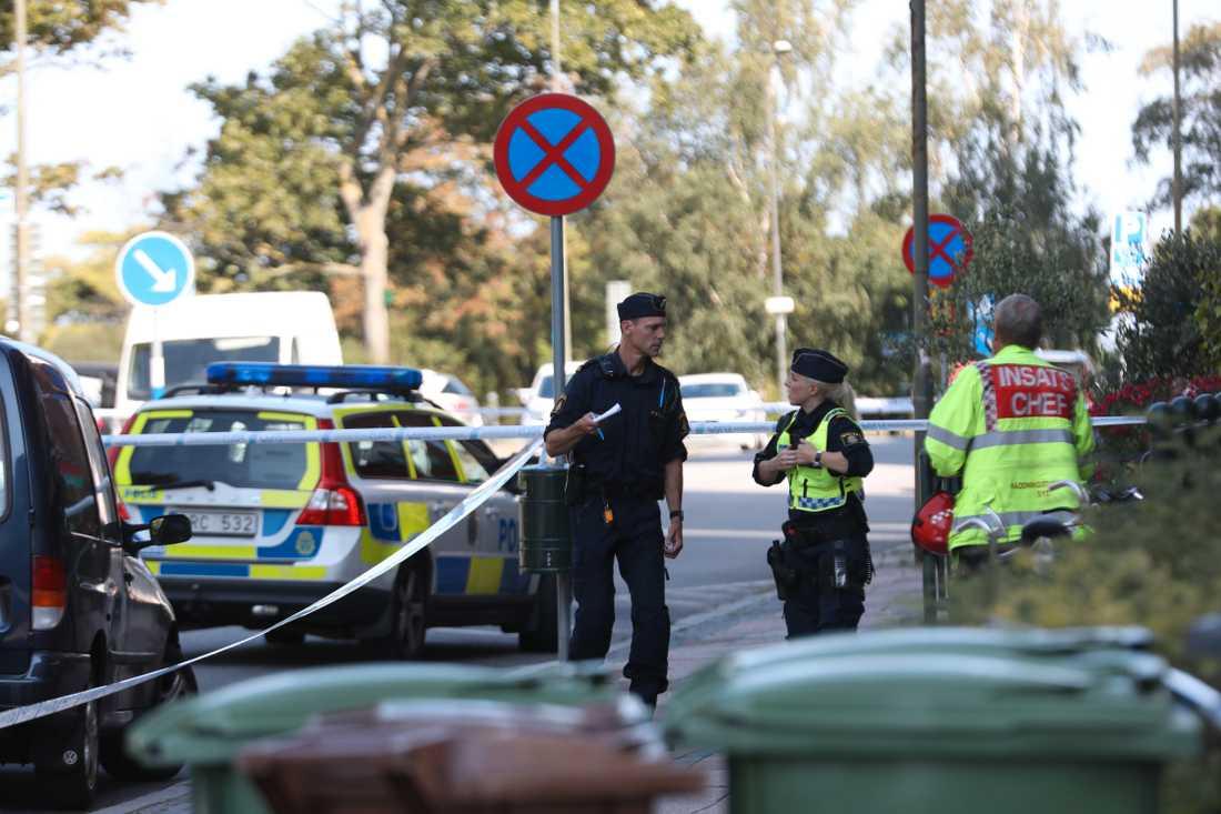 Polisen arbetar på platsen där en kvinna blivit skjuten, enligt uppgifter till Aftonbladet.