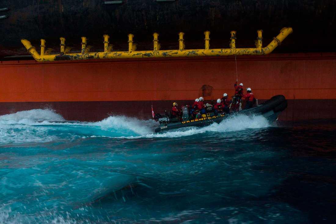 De sex Greenpeace-aktivisterna framme vid den gigantiska oljeriggen.