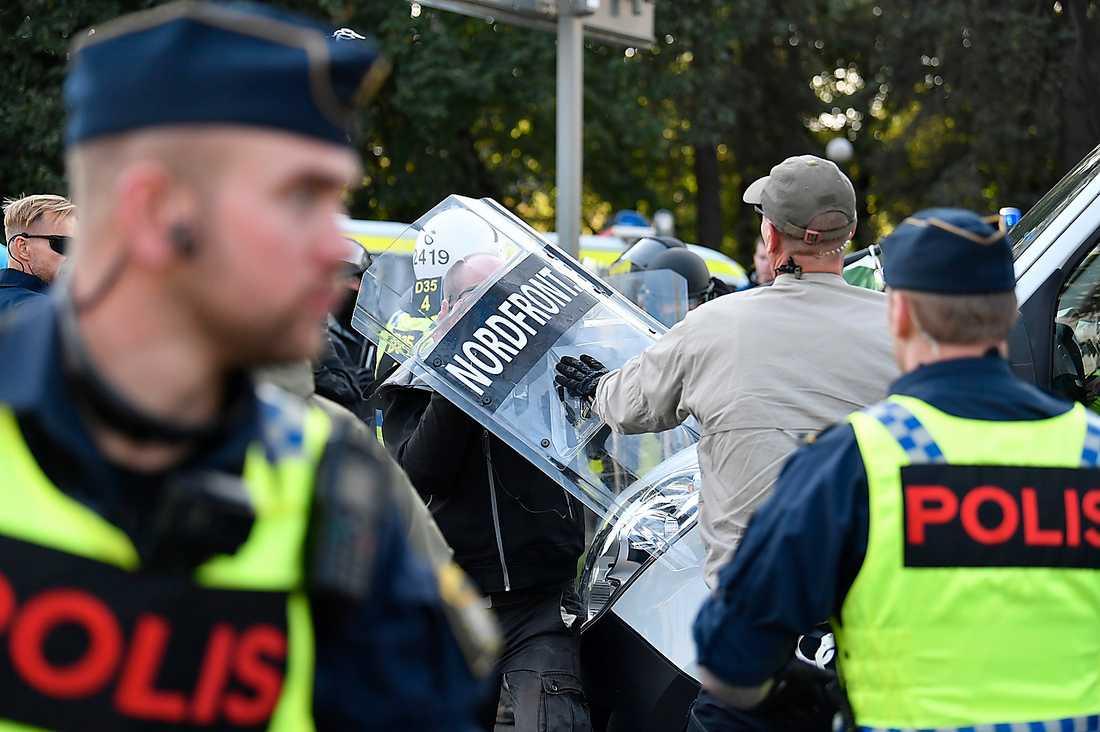 Polisen lyckades hyfsat skydda nazisterna mot de små svartklädda stenkastarna som kallar sig vänster.