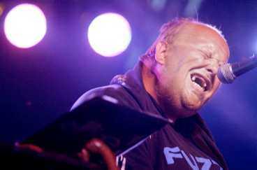 MAGNETISKT En uppsluppen Freddie Wadling trollband publiken på Arvikafestivalen.