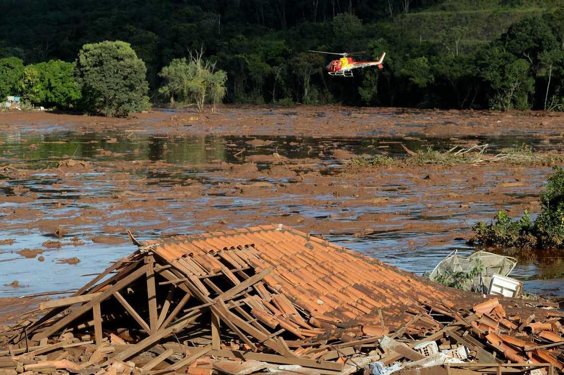 Resterna av ett tak sticker upp över leran och slam efter dammkatastrofen. Arkivbild.