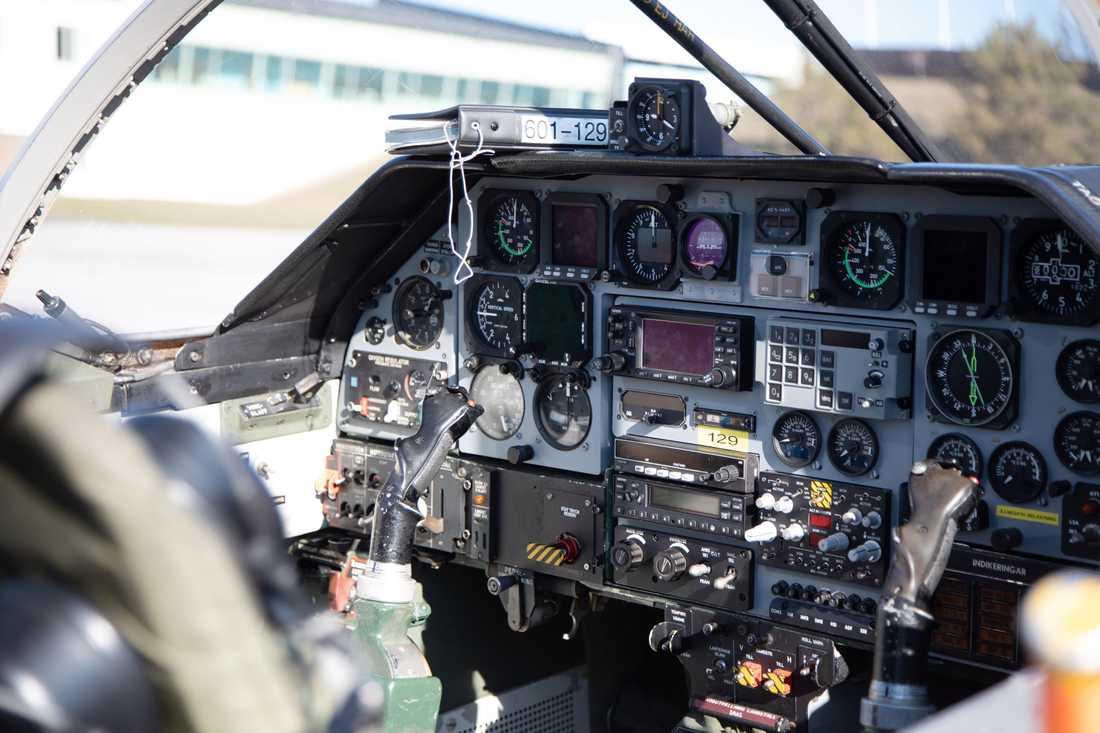 Från instrumentpanelen kan man följa bland annat höjd och hastighet. Flygplanstypen har en maxhastighet på 890 km i timmen.