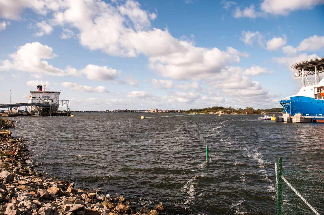 Uppgifterna om fartygsincidenten i Verköhamnen i Karlskrona går isär, enligt Kustbevakningen.