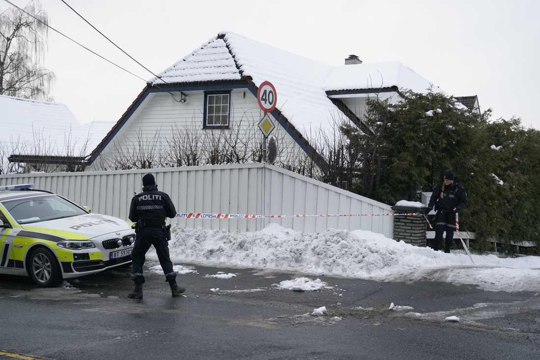 Poliser vid Tor Mikkel Waras hem utanför Oslo på torsdagen.