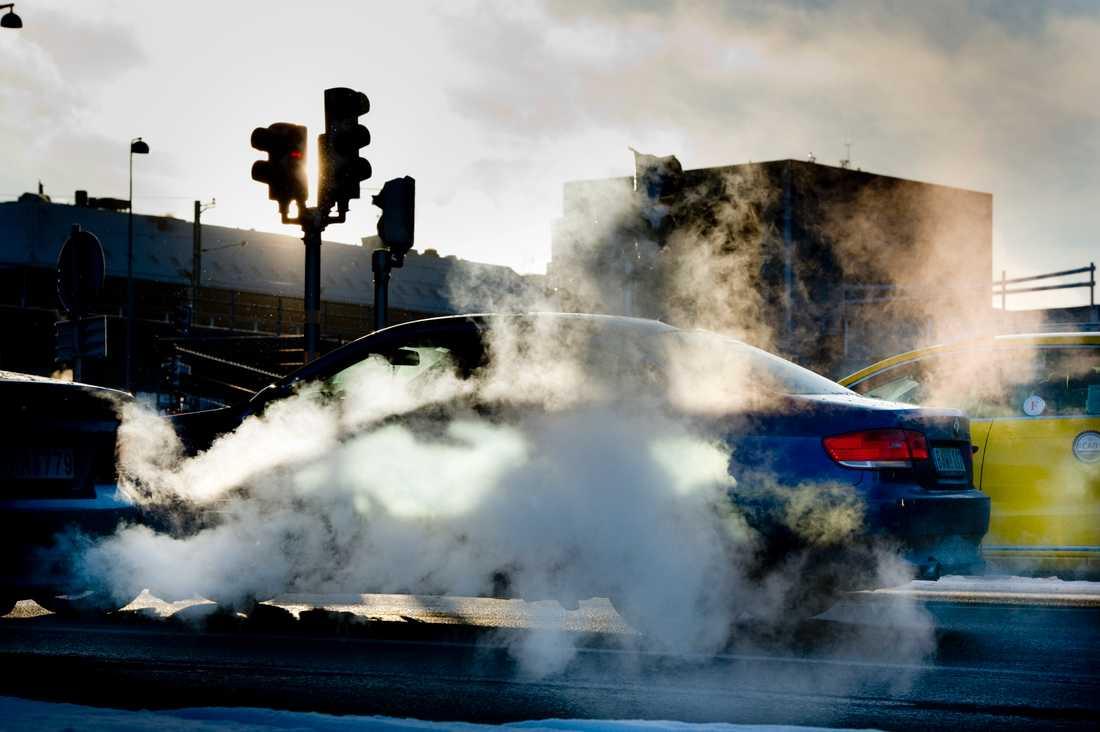 Bilarnas avgaser innehåller kvävedioxid och från däcken kommer en stor del av de farliga partiklarna.