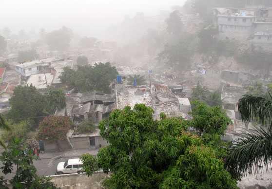 Rester kvar av staden I stadsdelen Petionville i Port-Au-Prince är flera hus och byggnader totalförstörda.
