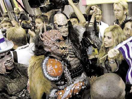 """Aten: Vissi festade med vinnarna Lordi fick tolv poäng av värdlandet Grekland. """"Jag älskar att de är så konstiga och hade själv röstat på dom"""", säger Anna Vissi. Lordi hyllade tillbaka. – Anna Vissi hade en riktigt bra powerballad och det är precis vår slags musik, säger Mr Lordi."""