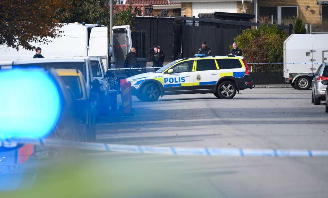 Nationella bombskyddet arbetar på platsen där ett misstänkt farligt föremål hittades på tisdagsförmiddagen