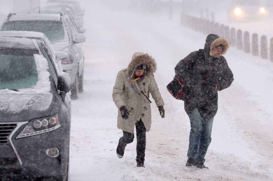 Ett mäktigt högtryck från öst sveper in och för med sig kyla från ett snötäckt Sibirien.