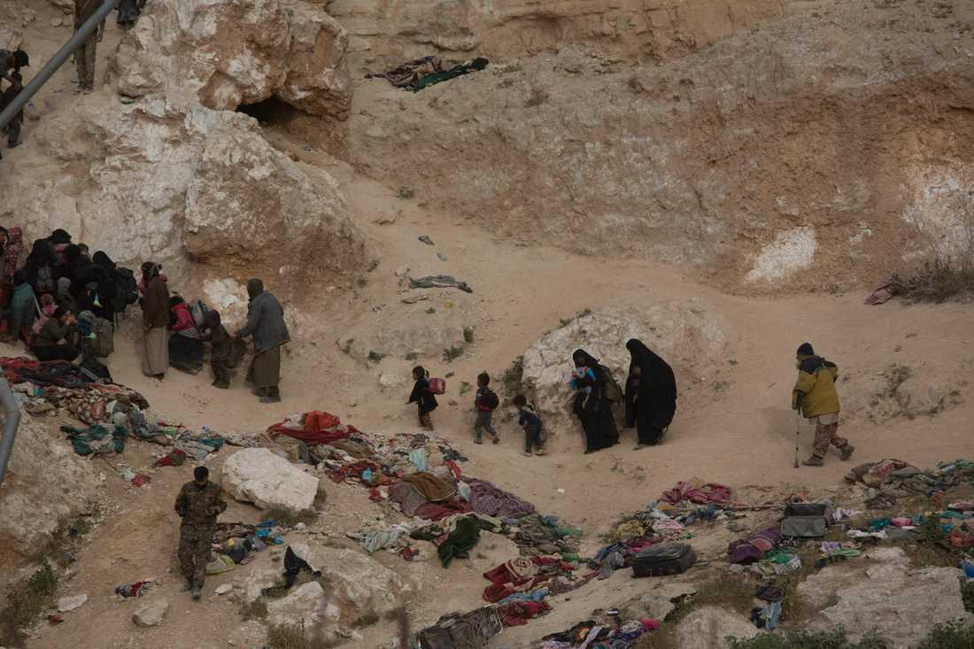 Människor lämnar al-Baghuz i östra Syrien. Många, bland dem IS-anhängare, har sedan hamnat i läger i al-Hol i närheten. Arkivbild.