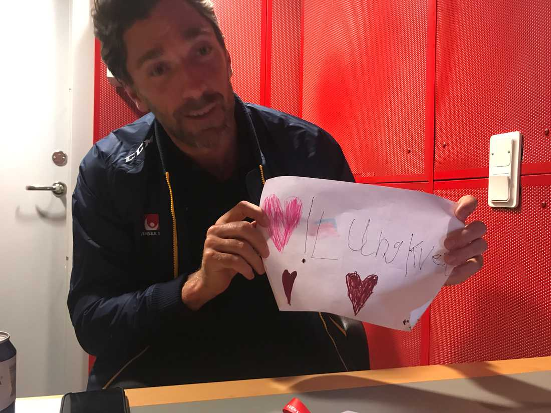 Henrik Lundqvist fick en fin gåva av en ung supporter i Globen. En teckning med en söt kärleksförklaring.