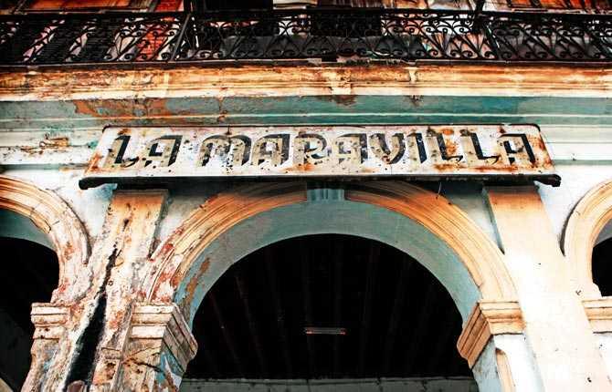 """""""La Maravilla, ringblomman, lever kvar med sitt namn när allt annat har dött. Fasaden på en gammal byggnad vid Cristo Square i gamla Havanna."""""""