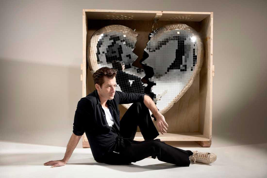 Mark Ronson pustar ut framför ett sprucket discohjärta.