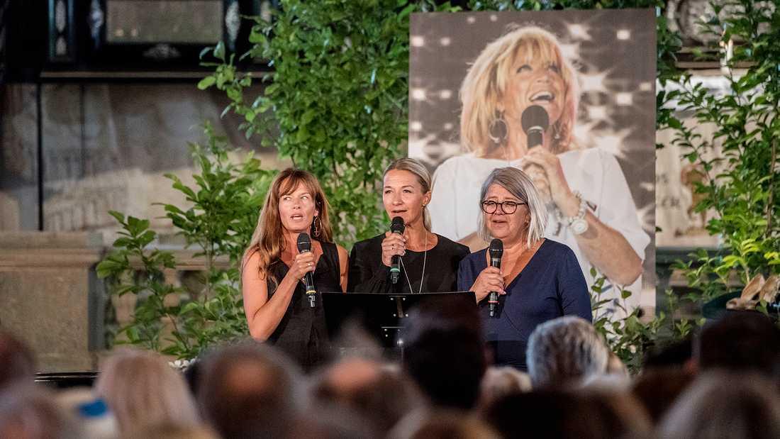 Under minnesgudstjänsten för mamma Barbro sjöng Malin Berghagen med sina systrar Kristin Kaspersen och Monica Svensson.