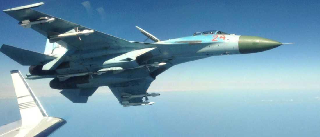 Närgånget Ett ryskt avancerat stridsplan av typen su-27 filmades när det flög aggressivt nära ett svenskt signalspaningsplan över Östersjön. Foto: Försvarets radioanstalt