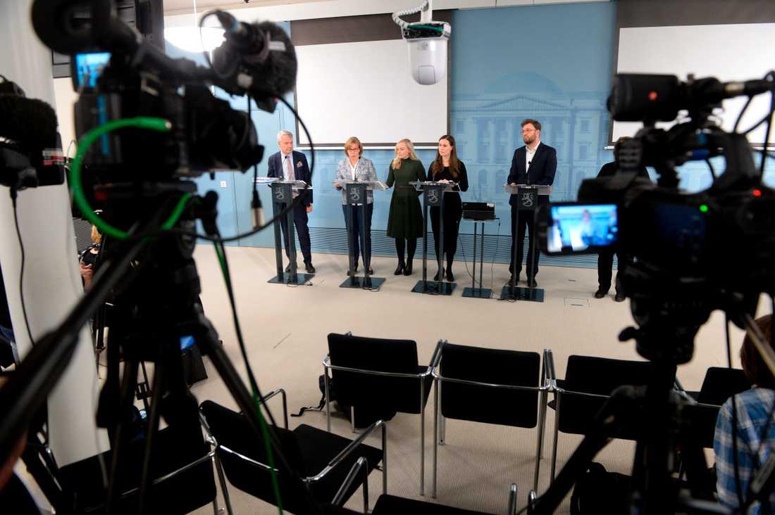 Delar av Finlands regering, med utrikesminister Pekka Haavisto, justitieminister Anna-Maja Henriksson, inrikesminister Maria Ohisalo, statsminister Sanna Marin och transportminister Timo Harakka på en presskonferens 2020 (från vänster till höger). (Arkivbild).