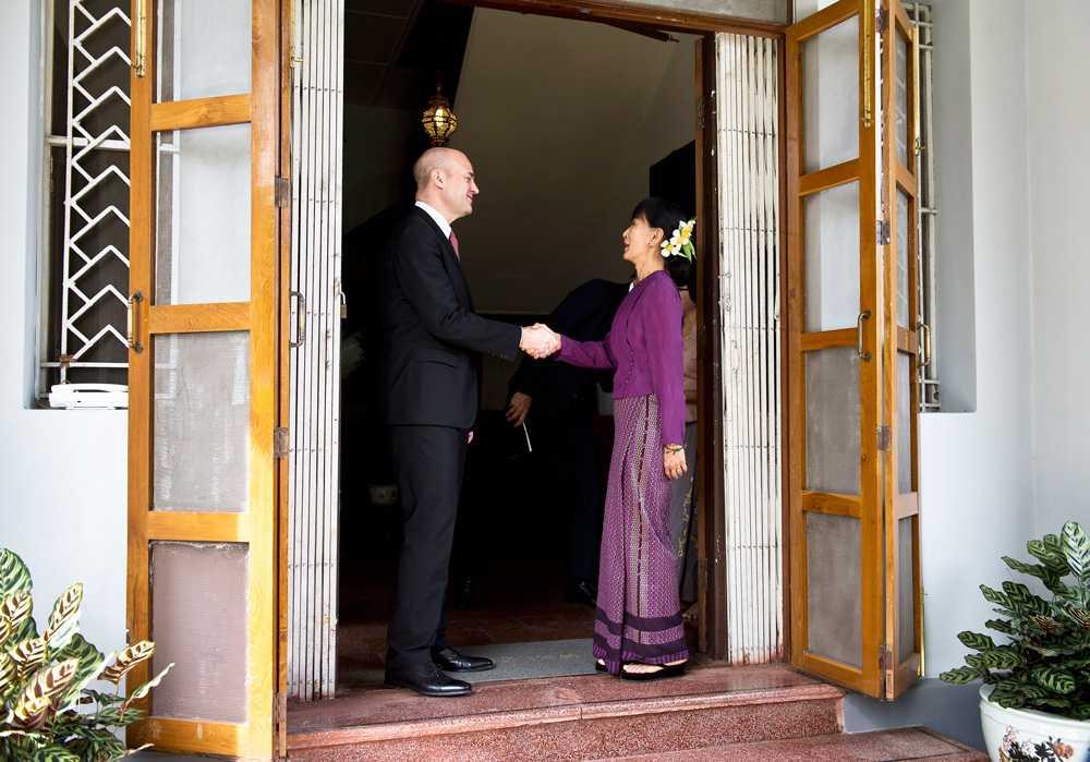 En handskakning i  Aung San Suu Kyis hem.