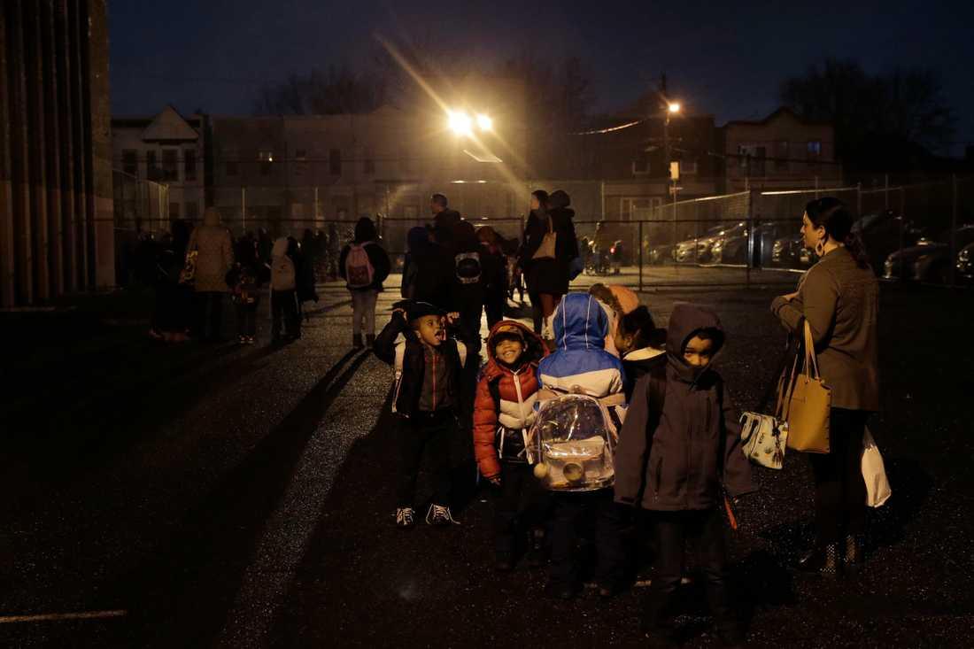 Barn väntade på att bli återförenade med sina föräldrar på en skolgård nära platsen för skjutningarna i Jersey City.