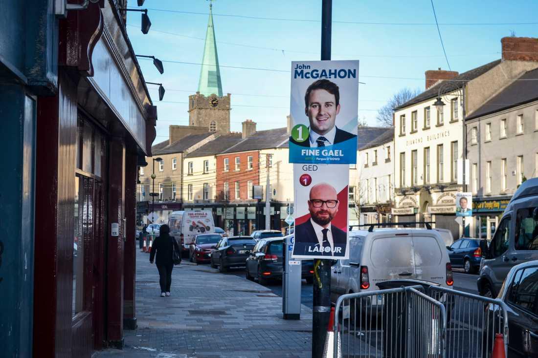 Valskyltar för konservativa Fine Gael och socialdemokratiska Labour i irländska Dundalk, strax söder om gränsen mot Nordirland.