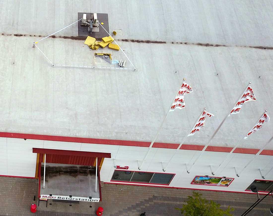 Rånare har sågat sig genom taket till Ica Maxi i Birsta.
