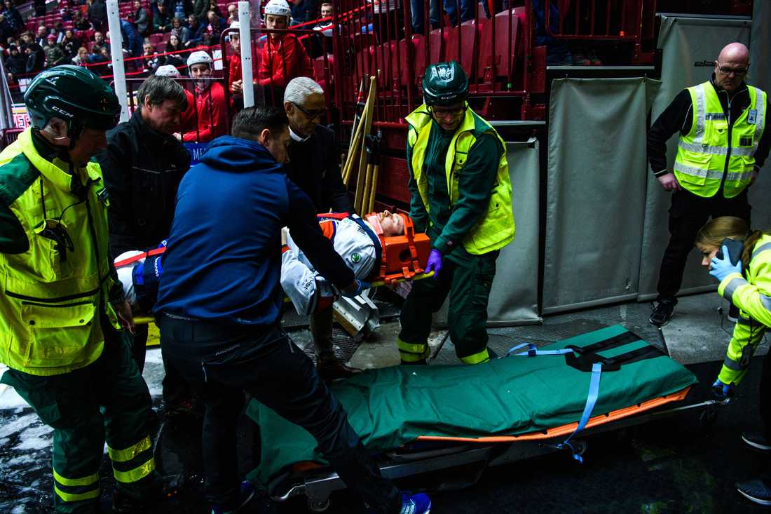 Brendan Shinnimin förs till ambulansen