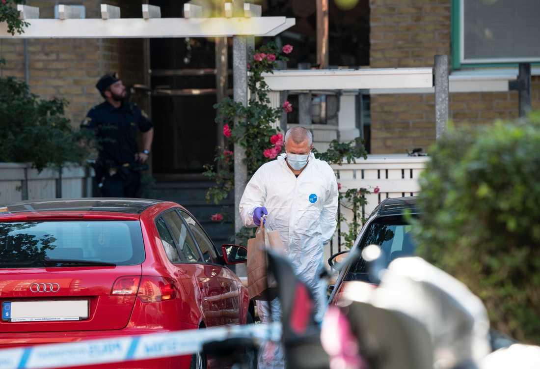 Polisens kriminaltekniker i arbete innanför avspärrningen i Malmö där en kvinna i 30-årsåldern sköts till döds på måndagen. Arkivbild.
