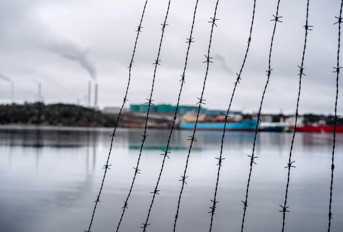 Preems oljeraffinaderi i Lysekil vid Brofjorden var hårt kritiserat redan när det öppnade 1975. Nu har utbyggnadsplanerna delat Lysekilsborna i två läger.